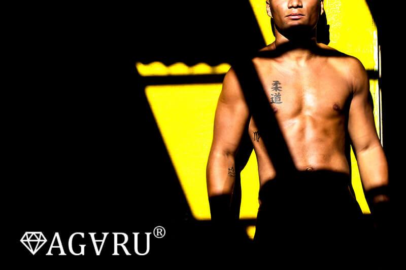 Vシットアップで腹直筋と腸腰筋を鍛える男性