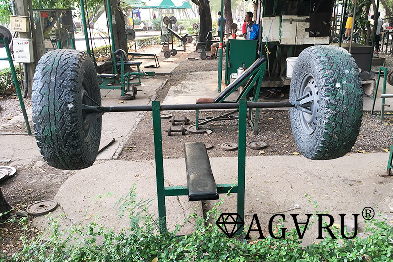 ルンピニー公園の野外ジムにあるタイヤのベンチプレス