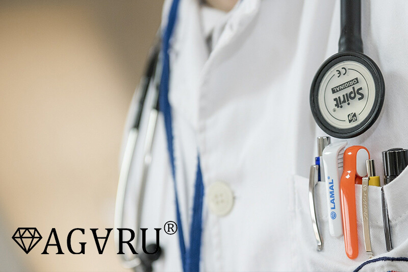 子供の下痢を診察する医師