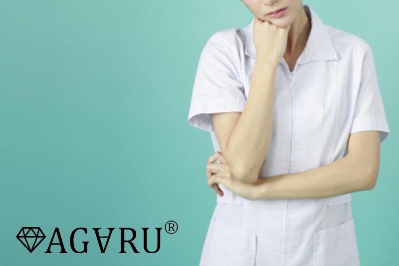 考える看護師