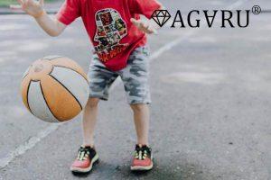 バスケをする子供